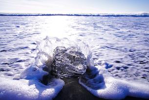 十勝川河口の氷と朝の海の写真素材 [FYI01780497]