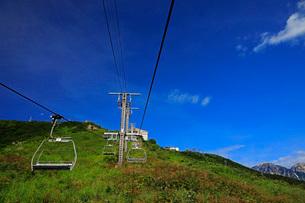 8月 夏の青空を行く白馬八方尾根のゴンドラリフトの写真素材 [FYI01780750]