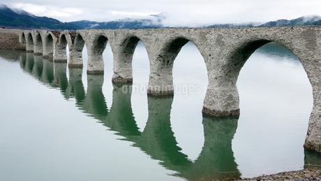 6月 タウシュベツ川橋梁  北海道のアーチ橋跡の写真素材 [FYI01780975]