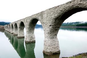 6月 タウシュベツ川橋梁  北海道のアーチ橋跡の写真素材 [FYI01781001]