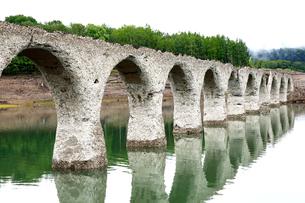 6月 タウシュベツ川橋梁  北海道のアーチ橋跡の写真素材 [FYI01781023]