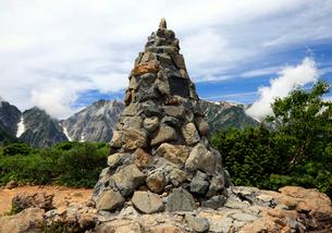 8月 八方尾根登山道の第三ケルンの写真素材 [FYI01781052]