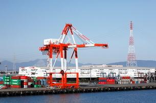 10月 名古屋港のガントリークレーンとコンテナの写真素材 [FYI01781077]