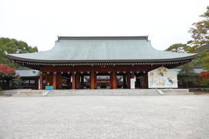 11月 秋の橿原神宮拝殿の写真素材 [FYI01781085]