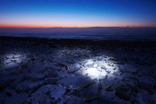 十勝川河口の氷と朝の海とけあらしの写真素材 [FYI01781239]