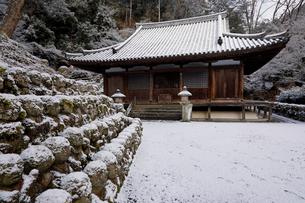 1月 雪をかぶった愛宕念仏寺の石仏  京都奥嵯峨の石仏寺の写真素材 [FYI01781265]