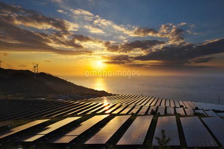 淡路貴船太陽光発電所と播磨灘の日没の写真素材 [FYI01781354]