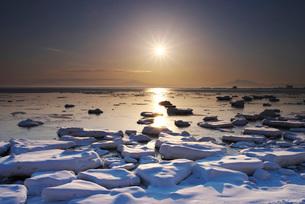 オホーツク海の日の出と流氷の写真素材 [FYI01781522]