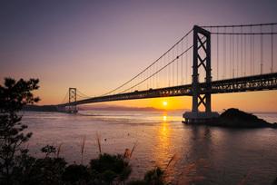 大鳴門橋と鳴門海峡の日の出の写真素材 [FYI01781590]
