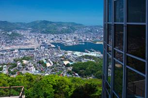 稲佐山展望台と長崎市街地の写真素材 [FYI01781614]
