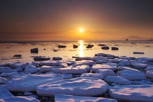 オホーツク海の日の出と流氷の写真素材 [FYI01781634]