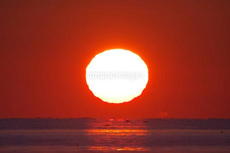 日の出と海の写真素材 [FYI01781712]