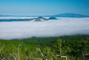 屈斜路湖の雲海と硫黄山の写真素材 [FYI01781861]