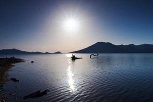 支笏湖の朝と風不死岳の写真素材 [FYI01781914]