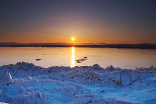 日の出と流氷と国後島の写真素材 [FYI01781954]
