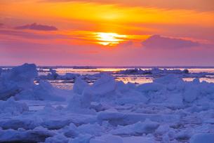 野付半島の流氷と日の出の写真素材 [FYI01781976]