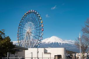 富士川SAの観覧車(Fuji Sky View)と富士山の写真素材 [FYI01781998]