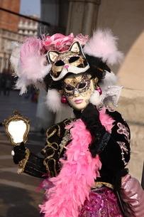 カーニバルのために仮装する女性の写真素材 [FYI01782031]