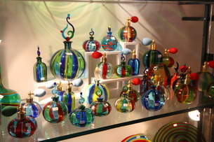 ベネチアン・グラスの香水瓶の写真素材 [FYI01782036]