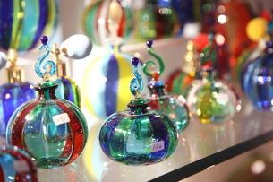 ベネチアン・グラスの香水瓶の写真素材 [FYI01782052]