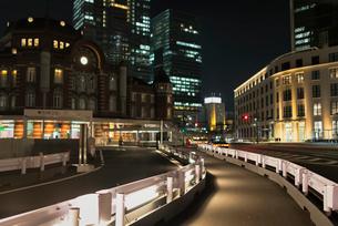 東京駅丸の内駅舎へと続く歩道の写真素材 [FYI01782113]