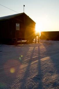 雪の町に訪れる朝の写真素材 [FYI01782135]
