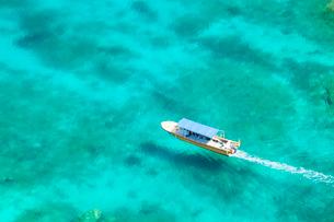 浮いているように見える船の写真素材 [FYI01782143]