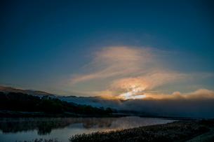 朝日 日の出 川霧 の写真素材 [FYI01782163]
