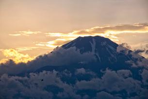 夕焼けの富士山と雲と戦闘ヘリコプターの写真素材 [FYI01782214]