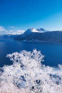 摩周湖と樹氷の写真素材 [FYI01782222]