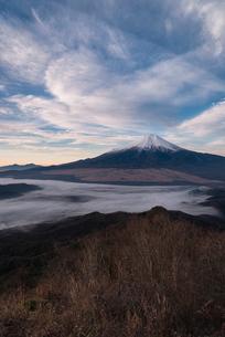 杓子山山頂より望む富士山と忍野村を覆う雲海の写真素材 [FYI01782359]