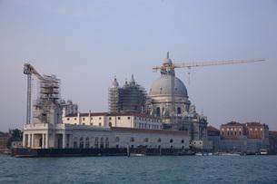 運河からみた改修工事中のサンタマリアデッラサルーテ聖堂の写真素材 [FYI01782367]