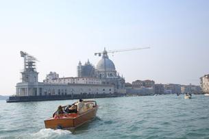 ベネチア運河を行くモーターボートの写真素材 [FYI01782379]