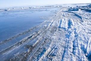タイヤの跡がついた氷の地の写真素材 [FYI01782428]