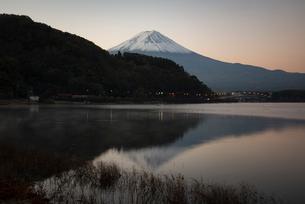 河口湖に映る富士山の写真素材 [FYI01782440]