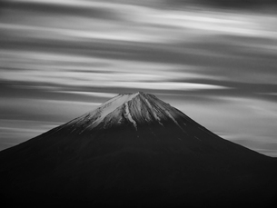 富士山と流れる雲(白黒)の写真素材 [FYI01782441]