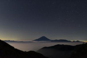 櫛形山より望む雲海越しの富士山と満天の星空の写真素材 [FYI01782462]