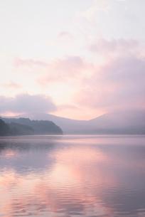 山中湖に映り込む朝焼けの空の写真素材 [FYI01782475]