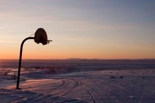 夕焼け空、氷の大地に立つバスケットゴールの写真素材 [FYI01782512]