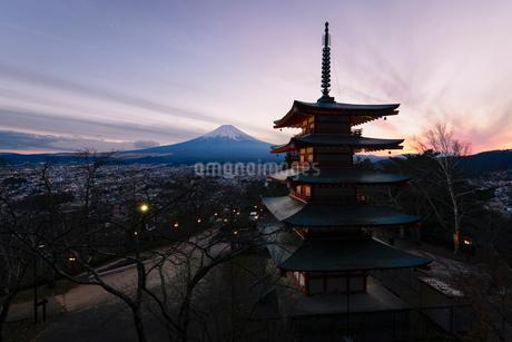 新倉浅間公園より望む夕方の五重塔と富士山の写真素材 [FYI01782545]