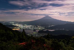 新道峠より望む富士山と河口湖とツツジの写真素材 [FYI01782559]
