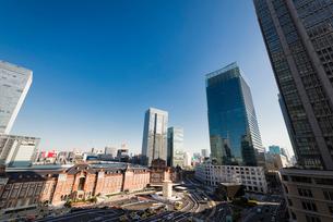 丸の内のビル群と東京駅丸の内口の写真素材 [FYI01782573]