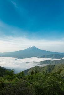 新道峠より望む雲海越しの富士山の写真素材 [FYI01782619]