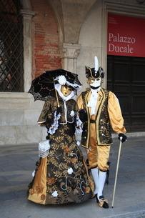 カーニバルのために中世の衣装に身を包む男女の写真素材 [FYI01782635]