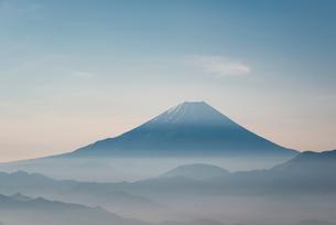 櫛形山より望む甲府盆地越しの富士山の写真素材 [FYI01782662]