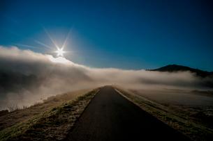 青空 川霧 太陽 朝日の写真素材 [FYI01782672]