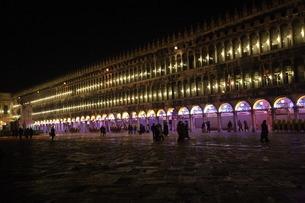 ライトアップされるサン・マルコ広場の夜景の写真素材 [FYI01782704]