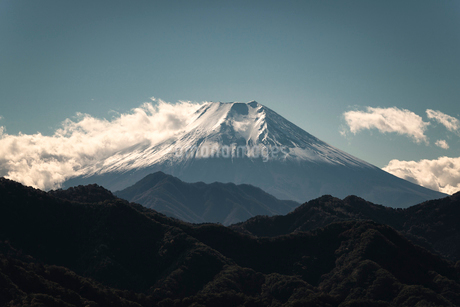 大月市より望む山並み越しの富士山の写真素材 [FYI01782741]
