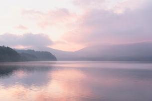 山中湖に映り込む朝焼けの空の写真素材 [FYI01782808]