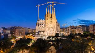 バルセロナ・夜景のサグラダファミリアのパノラマの写真素材 [FYI01782828]